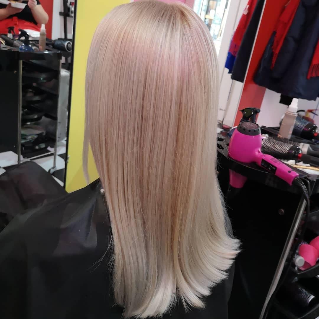 Frau Schneider Stylistin in Wien - Haarschnitt - Haare färben Wien