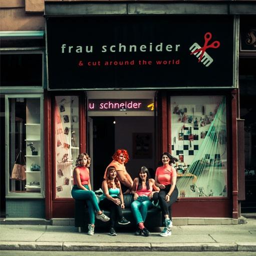 Frau Schneider, Friseurin in Wien, mit Föhn